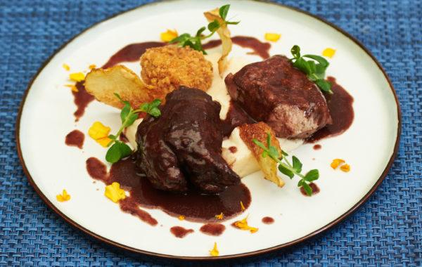 Trilogie de cochon, Filet mignon, joue de 48h, croustillant de pieds, mousseline de céleris, sauce au vin.